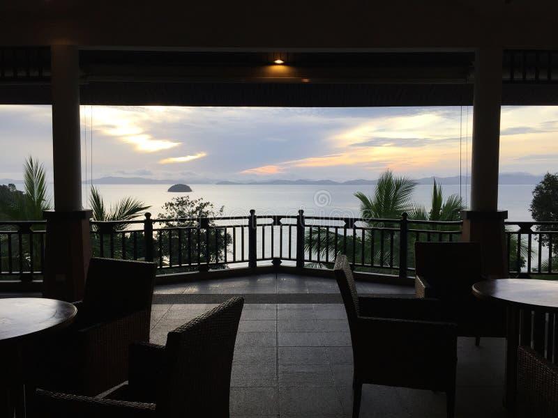 Vue de lever de soleil de plage de lobby d'hôtel images libres de droits