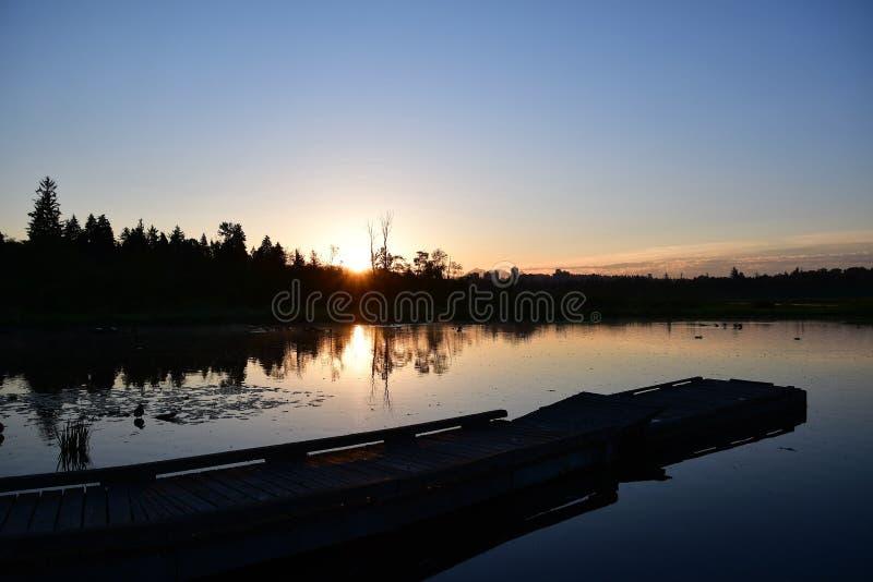 Vue de lever de soleil au lac Burnaby photo stock