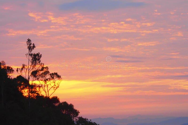 Vue de lever de soleil au terrain de camping de langsir de berembun de chemerong, CBL, Malaisie images stock