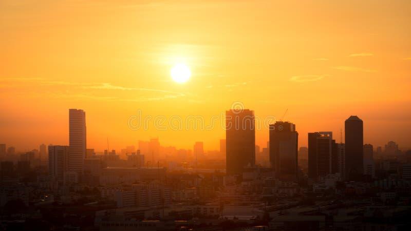 Vue de lever de soleil d'or au-dessus de la ville de Bangkok, Thaïlande photos stock