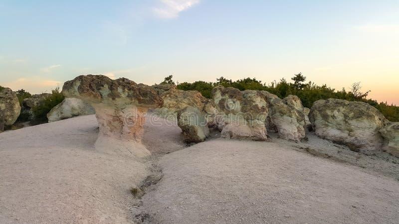 Vue de lever de soleil des champignons en pierre de formation de roche, Bulgarie photo libre de droits