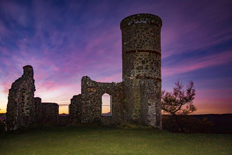 Vue de lever de soleil de ruine de tour de colline de Kinnoull à Perth, Ecosse photos libres de droits