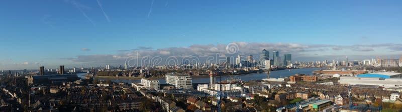 Vue de Londres et de Tamise d'une grue à tour images stock