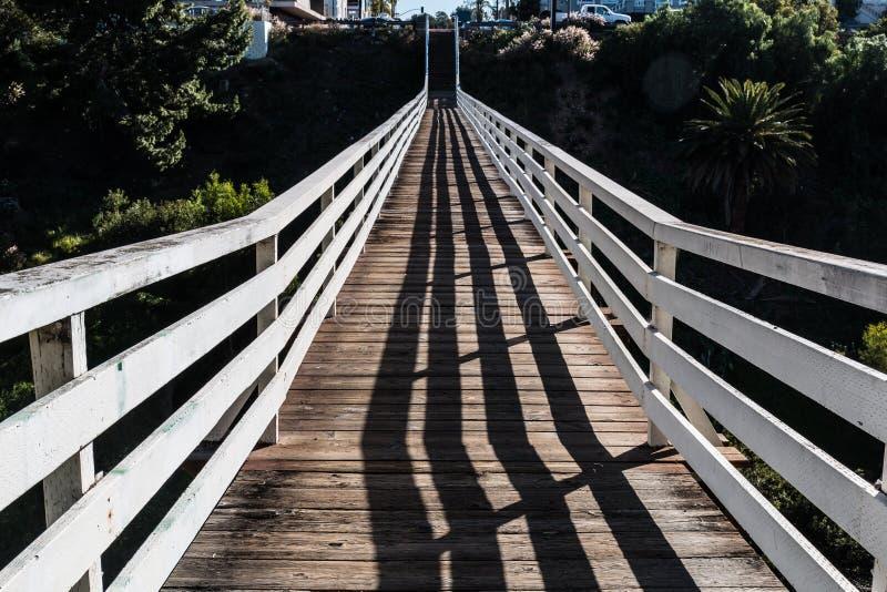 Vue de longueur de dessus de pont en rue de coing photographie stock libre de droits