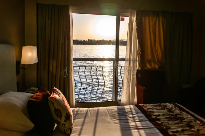 Vue de Louxor Egypte sur Nile River hors d'une fen?tre d'h?tel de bateau de croisi?re image stock