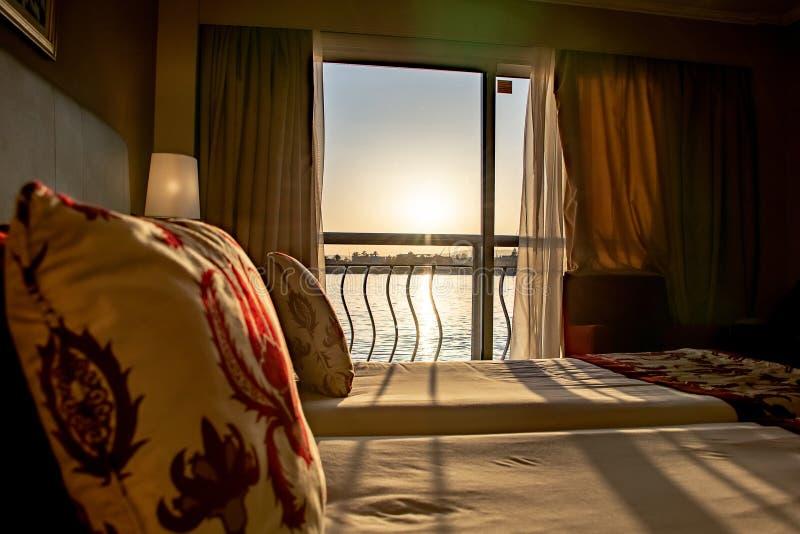 Vue de Louxor Egypte sur Nile River hors d'une fen?tre d'h?tel de bateau de croisi?re photos libres de droits