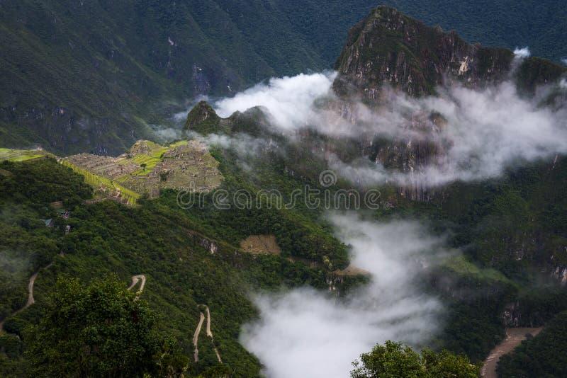 Vue de Machu Picchu entourée par des nuages de la porte de Sun et de la rivière d'Urubamba, au Pérou photographie stock libre de droits
