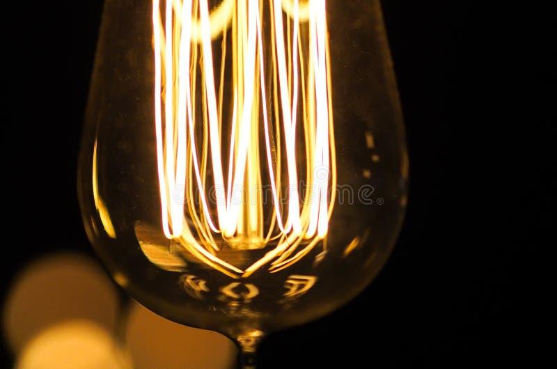 Vue de macro de filament d'ampoule de style de vintage images stock