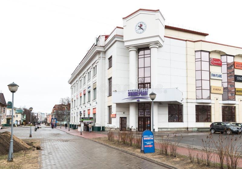 Vue de magasin central à l'avenue de Chumbarova-Luchinskogo dans Arkhangelsk photos libres de droits