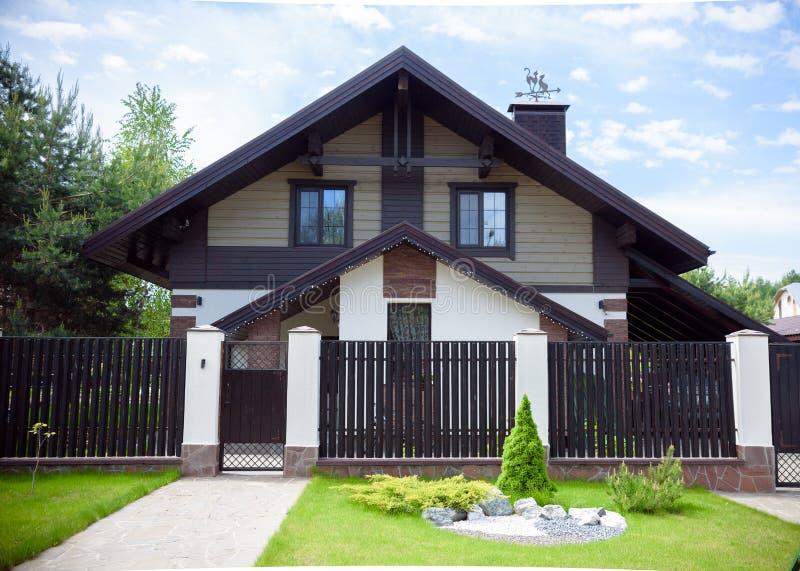 Vue de maison européenne traditionnelle avec le ciel bleu photos stock