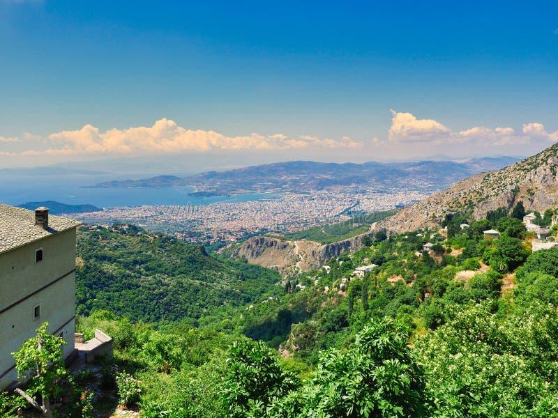 Vue de Makrinitsa en bas de bâti Pelion à Volos sur la côte, Grèce photographie stock