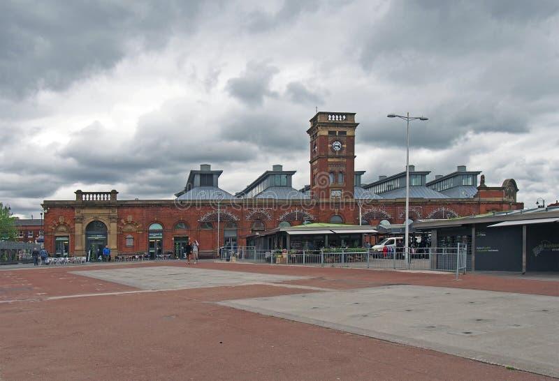 Vue de marché libre d'ashton avec des stalles et du hall historique du marché construit en 1829 images stock