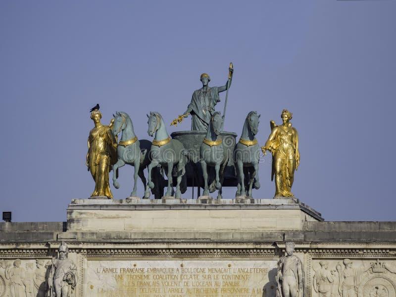 Vue de matin de bel Arc de Triomphe du Carrousel à Paris images stock