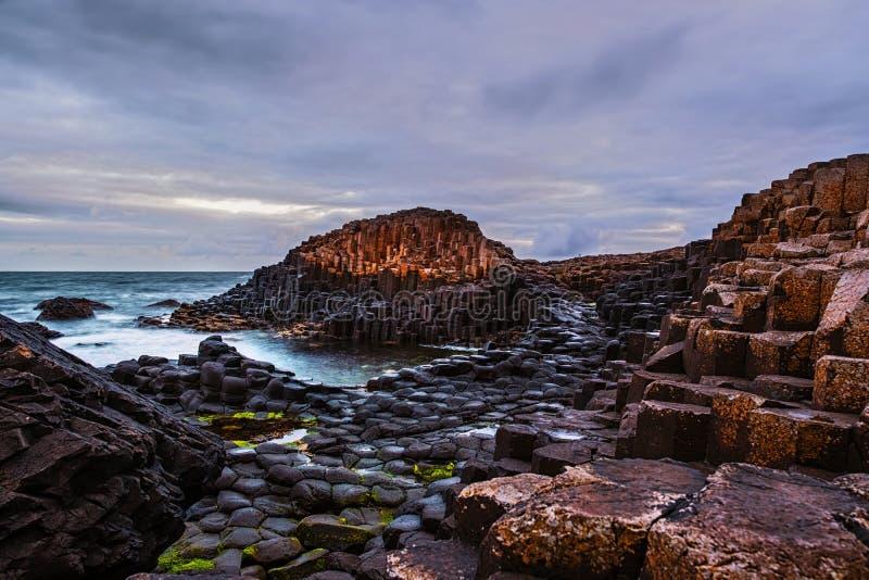 Vue de matin d'une côte et des gorges de chaussée avec la chaussée et la mer de Giants en Irlande du Nord, R-U image libre de droits