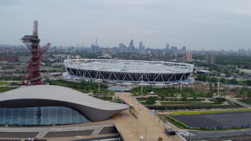 Vue de matin de grue à tour de Stratford Olimpic Park et de Londres photo libre de droits