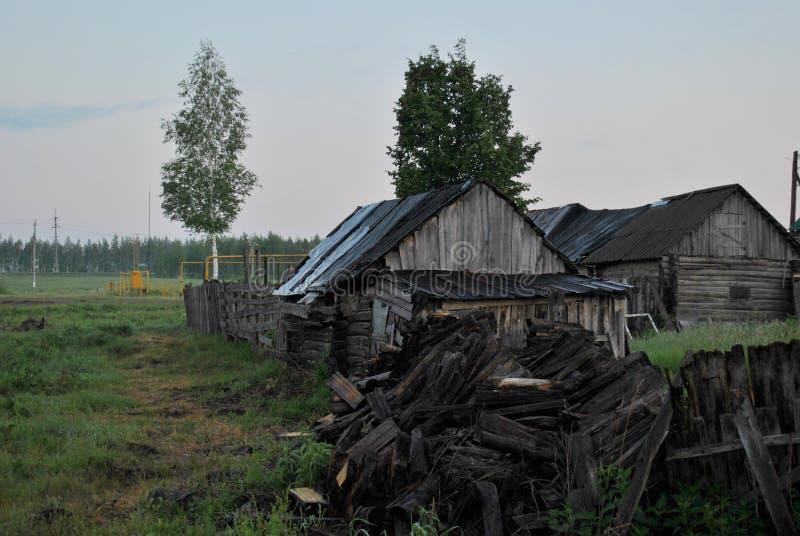 Vue de matin du vieux bain en bois et de la grange au bord du village image libre de droits