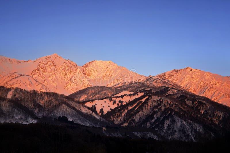 Vue de matin de rivi?re de Hakuba Miyama et de montagne rouge Neige environ trois montagnes de pr?fecture de Hakuba Nagano, Japon photographie stock libre de droits
