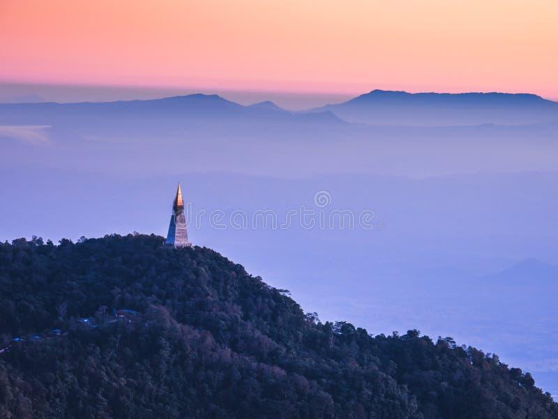 Vue de matin de temple sur la montagne à l'idiot de baquet de Phu, Thaïlande photos stock