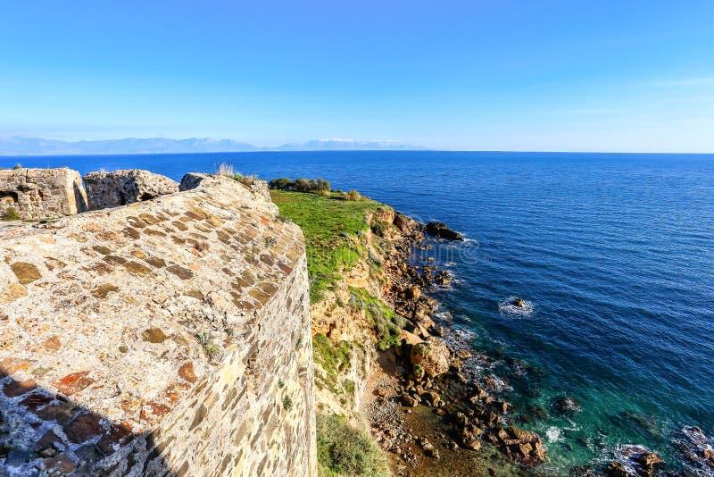 Vue de mer d'infini des murs de la forteresse de Koroni image libre de droits