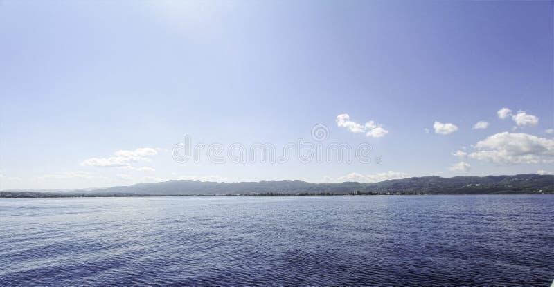 Vue de mer des Caraïbes avec Montego Bay, Jamaïque dans le baclground images libres de droits