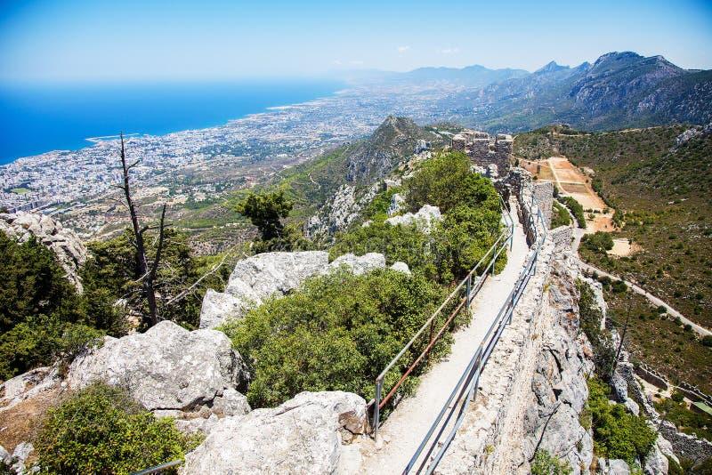 Vue de mer et de Kyrenia du haut de château de St Hillarion, Chypre du nord photos libres de droits