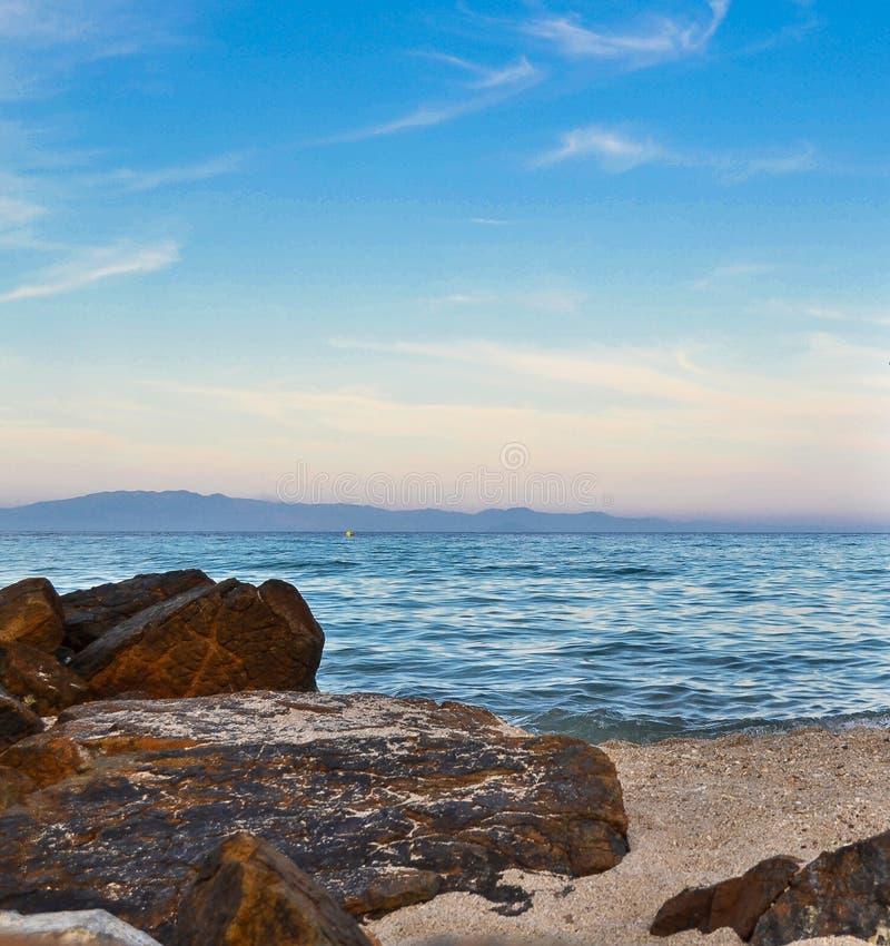Vue de mer et vue de marine de pierres photographie stock