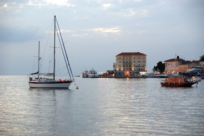 Vue de mer et ville dans le temps de coucher du soleil, Croatie, Porec images stock