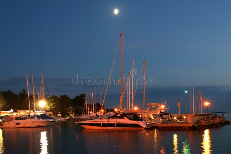 Vue de mer et ville dans le temps de coucher du soleil, Croatie, Porec photographie stock