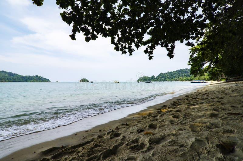 Vue de mer sous la voûte près de la plage tropicale d'île au soleil images stock