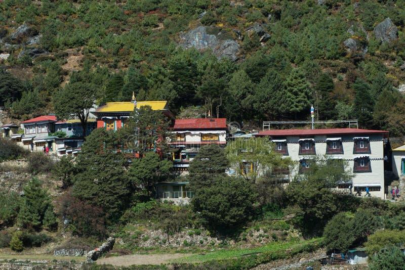 Vue de monastère de Namche avec le touriste dans le bazar de Namche photographie stock