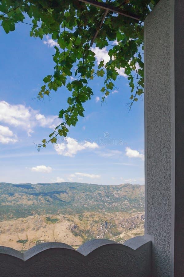 Vue de monastère supérieur d'Ostrog à la plaine de Bjelopavlici montenegro images stock