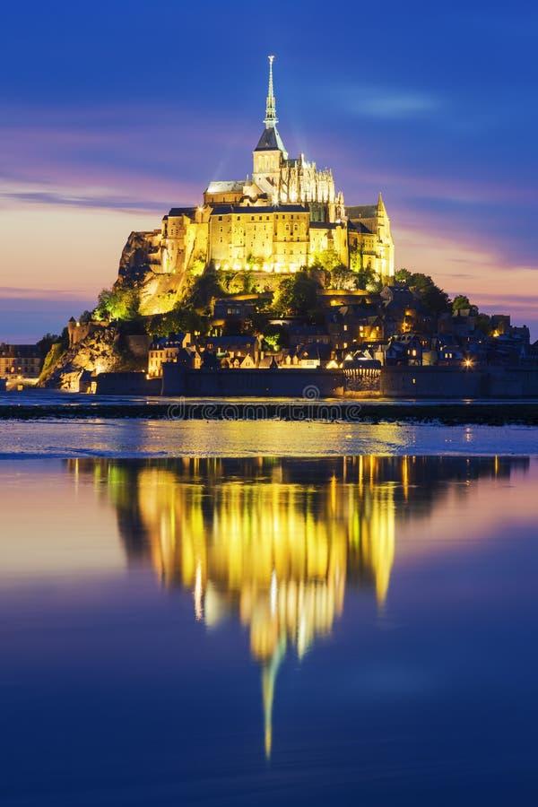 Vue de Mont-Saint-Michel célèbre par nuit photos libres de droits