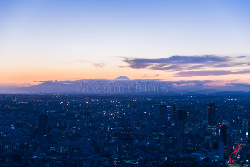 Vue de montagne de Fuji dans la vue crépusculaire à partir du dessus du bâtiment photos stock