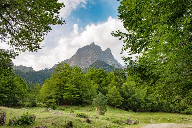 Vue de montagne le ` Ossau de Pic du Midi d dans les Pyrénées français photographie stock