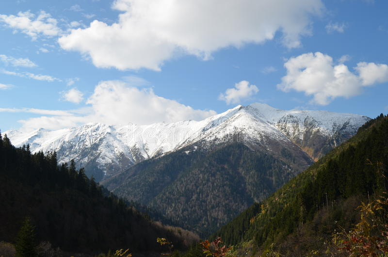 Vue de montagnes neigeuses dans la dinde de région de la Mer Noire photographie stock libre de droits