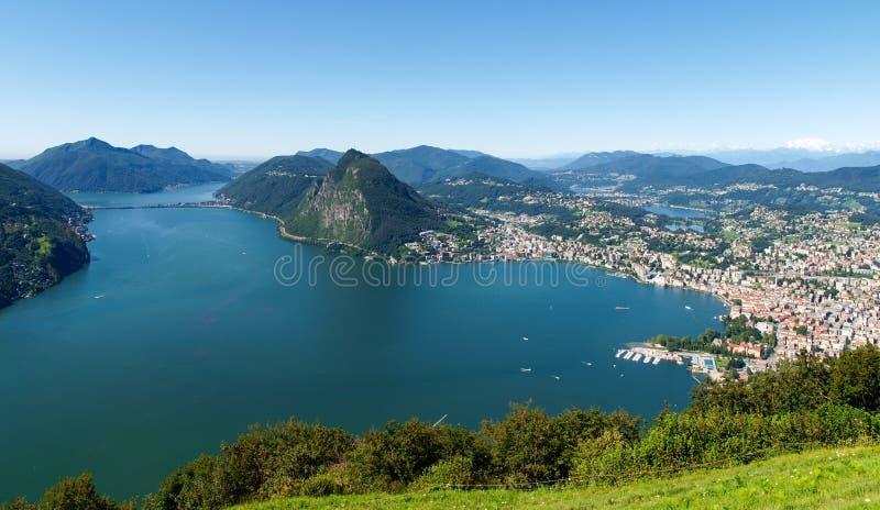 Vue de Monte Bre dans le Golfe de Lugano images libres de droits