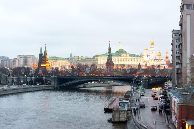 Vue de Moscou Kremlin et grand pont en pierre image stock