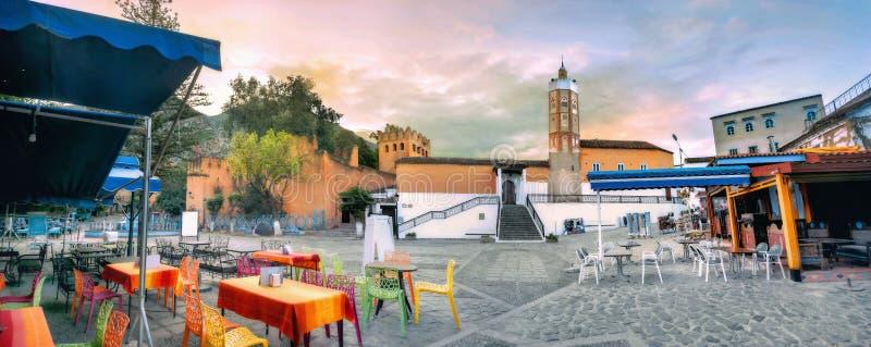 Vue de mosquée et de place du marché dans la ville bleue Chefchaouen Il a été également connu par son nom portugais de Mogador photographie stock