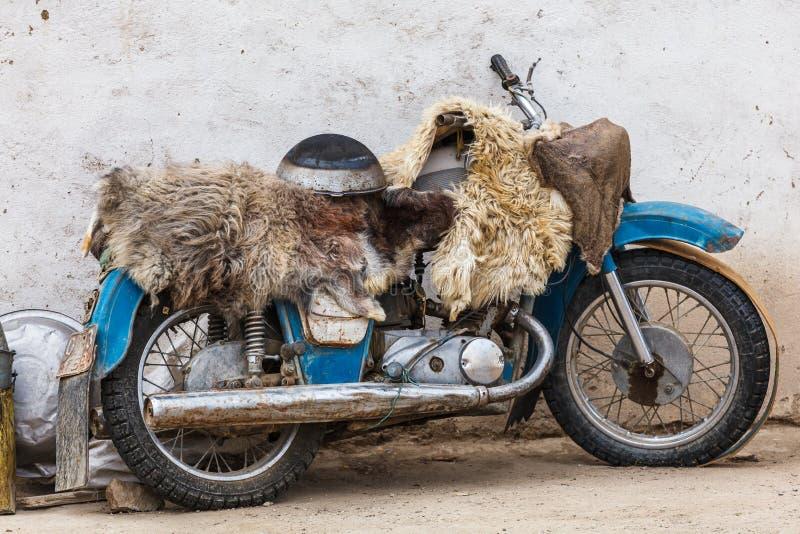 Vue de motocyclette dans le village de Bulunkul dans le Tadjikistan images libres de droits