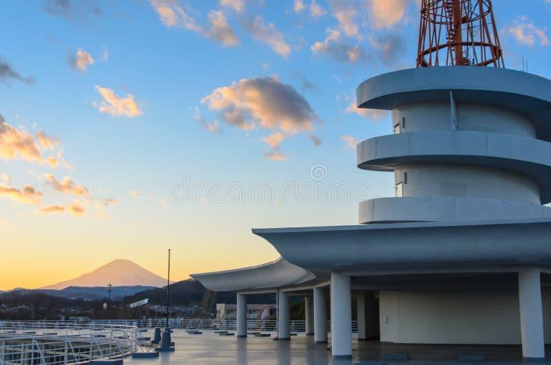 Vue de Mt Fuji au dessus de toit de l'université de tokai images libres de droits