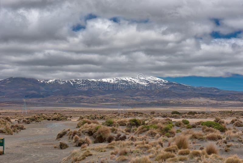 Vue de Mt Ruapehu comme vu de la route de désert au Nouvelle-Zélande photo libre de droits