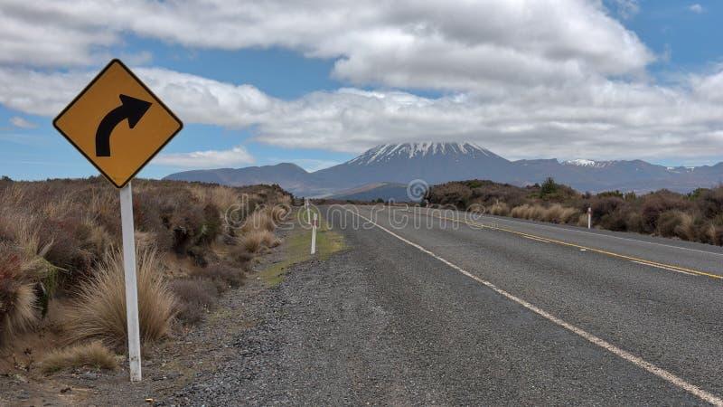 Vue de Mt Ruapehu comme vu de la route de désert au Nouvelle-Zélande images libres de droits