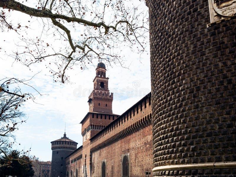 Vue de mur externe de château de Sforza au printemps photographie stock