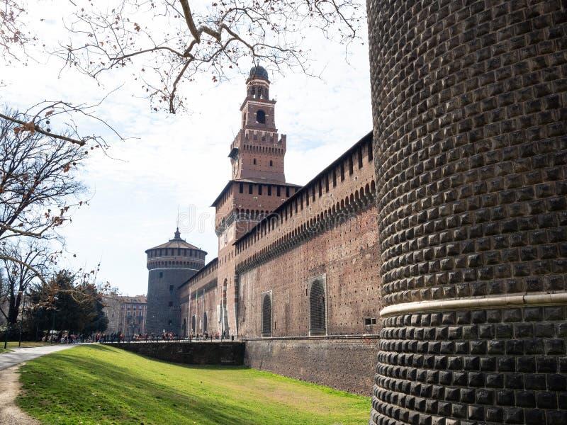 Vue de mur externe de château de Sforza dans la ville de Milan images stock