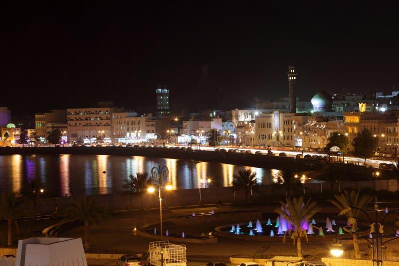 Vue de Muttrah Corniche la nuit photos stock