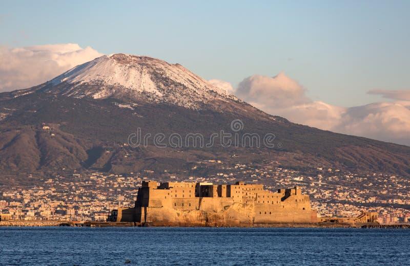 Vue de Naples avec le bâti du Vésuve avec la neige photos libres de droits