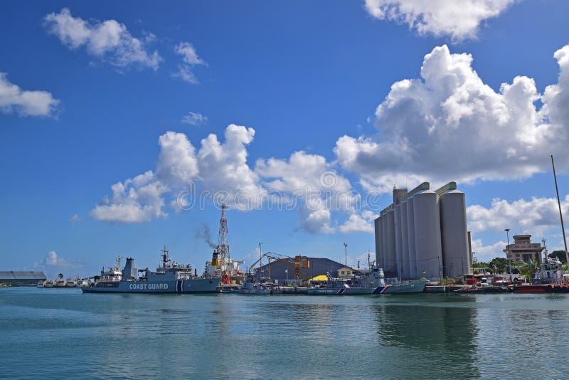 Vue de navire de la garde côtière et de bâtiment d'usine de bord de mer de Caudan, Port-Louis, Îles Maurice image stock