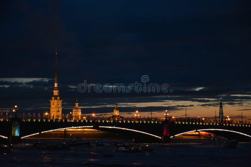 Vue de Neva River dans fin de soirée photos libres de droits