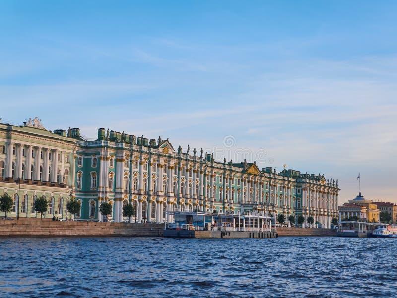 Vue de Neva River du palais d'hiver au coucher du soleil St Petersburg, Russie photos libres de droits
