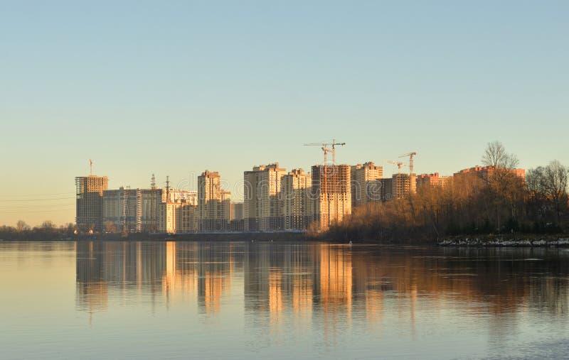 Vue de Neva River et des bâtiments résidentiels modernes en construction sur les périphéries de St Petersburg à la soirée ensolei images stock